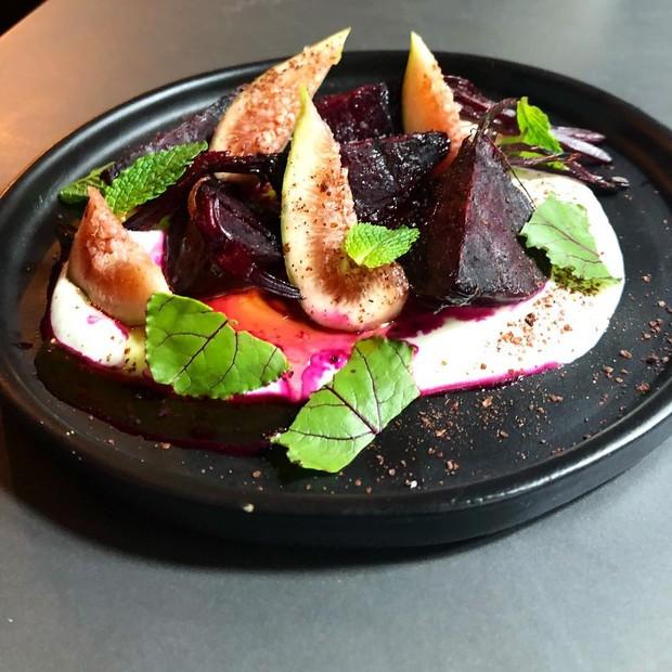 Salada de beterrabas assadas com figos, iogurte e raiz forte (Foto: Reprodução/Instagram)