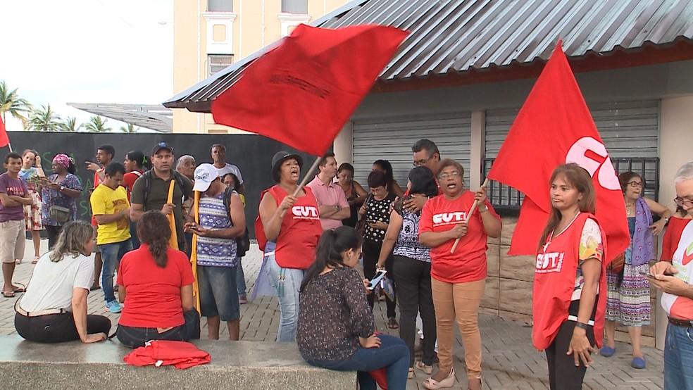 Ativistas pró-lula se reuniram na praça Joãozinho Trinta, na Avenida Beira-Mar (Foto: Reprodução/TV Mirante)