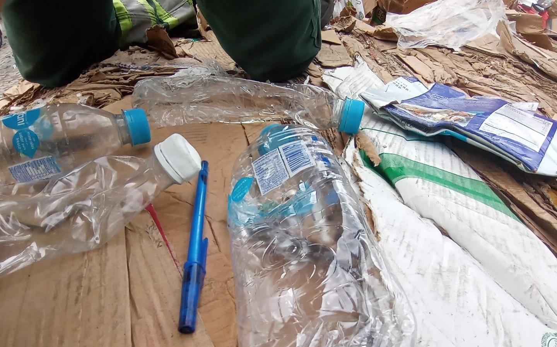 Três contêineres com lixo internacional são encontrados por Ibama e Receita Federal no Porto de Santos, SP