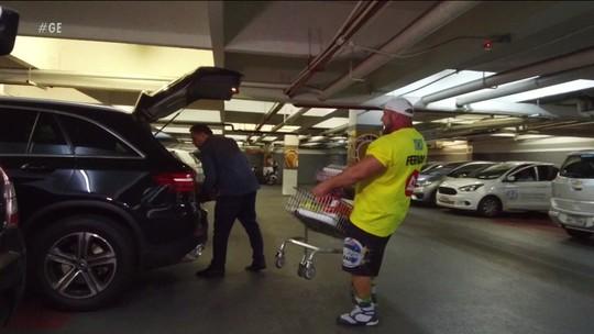 Marcos Ferrari testa os músculos com carrinhos cheios de compras e 'assusta' clientes de mercado