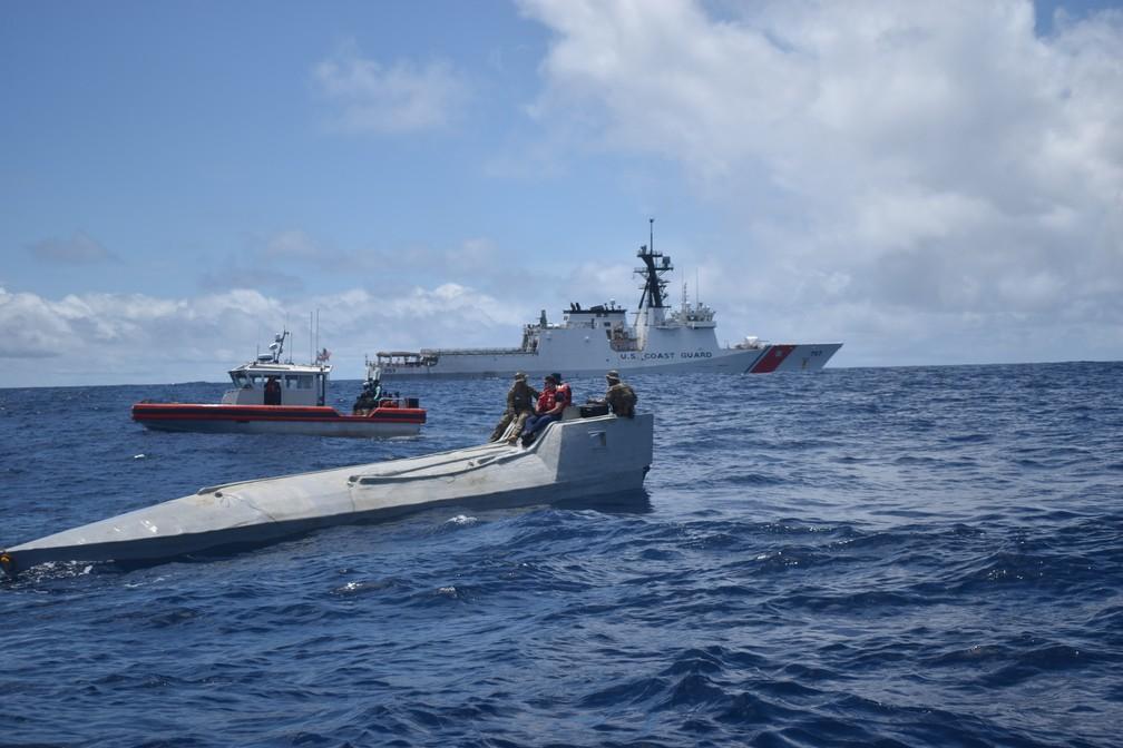 Membros da Guarda Costeira americana em uma embarcação interditada no dia 31 de julho em águas internacionais no Oceano Pacífico Oriental. A tripulação apreendeu mais de 2 toneladas de cocaína dentro da embarcação.  — Foto: Guarda Costeira dos EUA