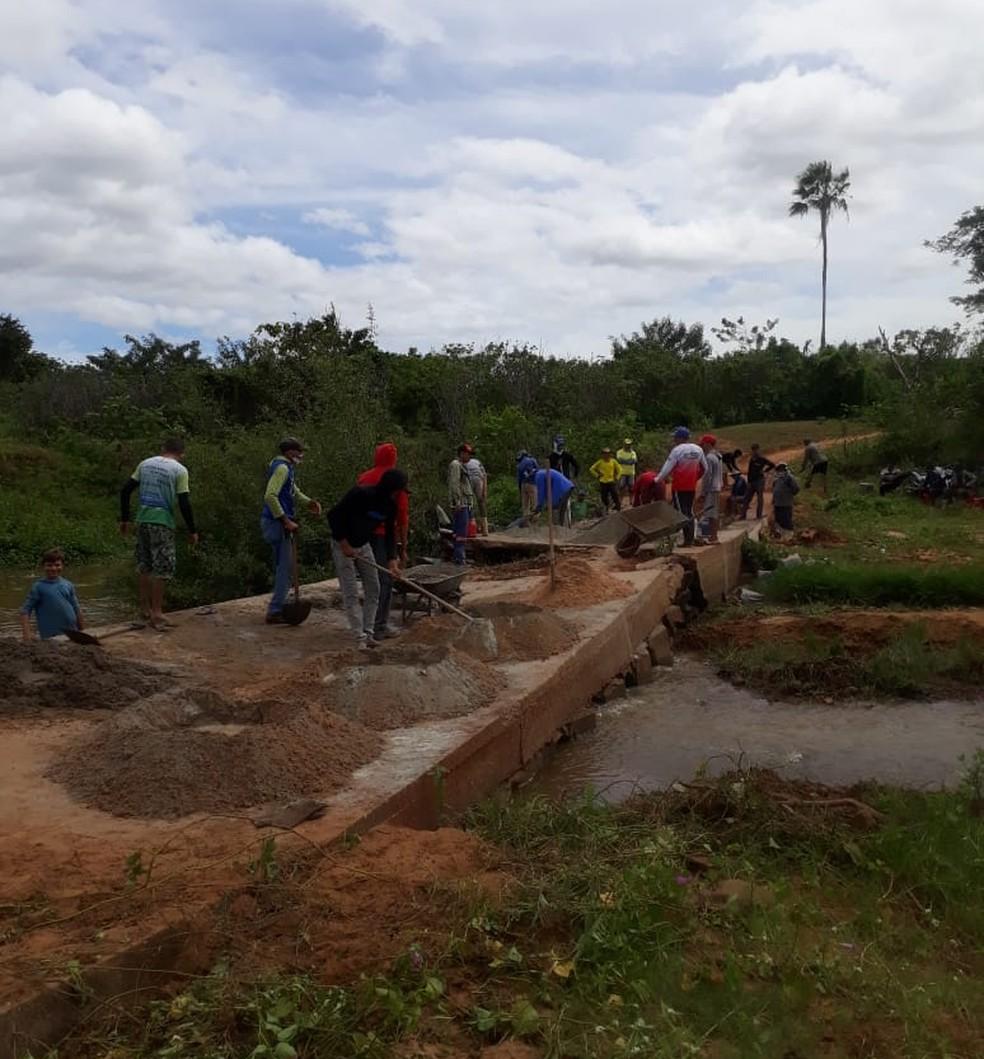 Moradores do povoado Alto dos Canutos constroem ponte para atravessar rio — Foto: Arquivo Pessoal