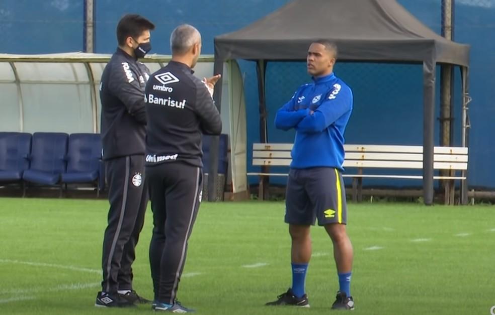 Douglas Costa treinou pela primeira vez pelo Grêmio no sábado — Foto: Reprodução/GrêmioTV