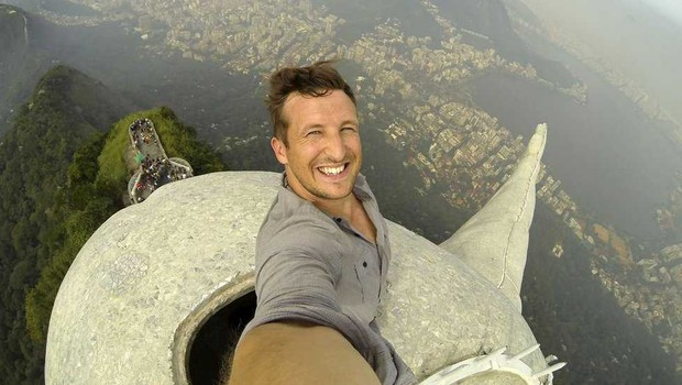Lee fez uma selfie no topo do Cristo Redentor, e isso ajudou a chamar atenção pra o negócio (Foto: FLASH PACK)