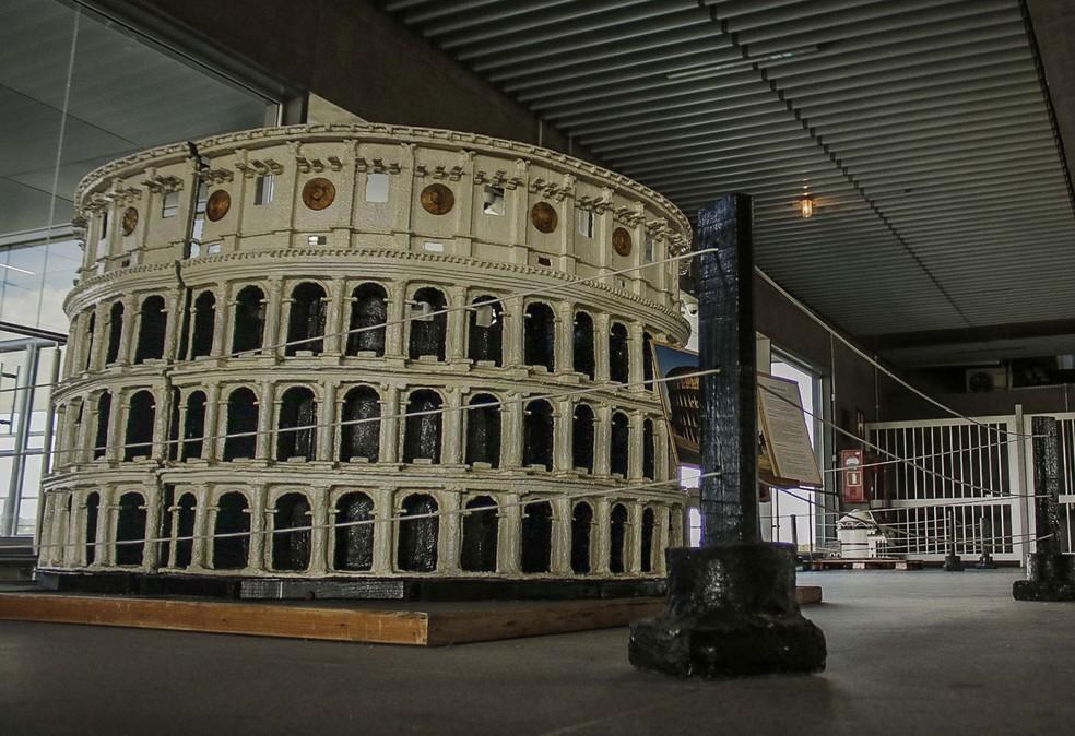 Réplica do Coliseu de Roma é exposta na Estação Aeroporto-Guarulhos da Linha 13-Jade da CPTM — Foto: Fepesil/Futura Press/Estadão Conteúdo