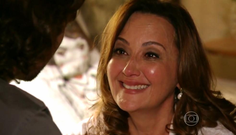 Guiomar (Cláudia Netto) fica emocionada quando Alberto (Igor Rickli) a chama de 'mãe' - 'Flor do Caribe' — Foto: Globo