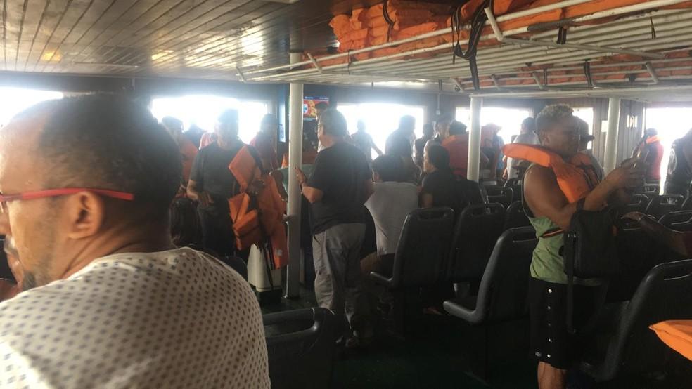 Passageiros colocam colete salva-vidas após colisão entre dois ferryboats no Maranhão — Foto: Divulgação/Redes sociais