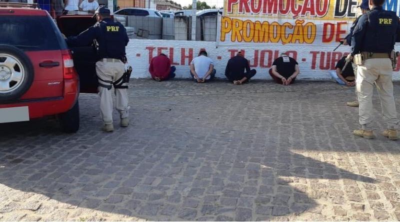 Cinco homens são presos pela PRF com carro roubado e arma na Grande Natal - Notícias - Plantão Diário