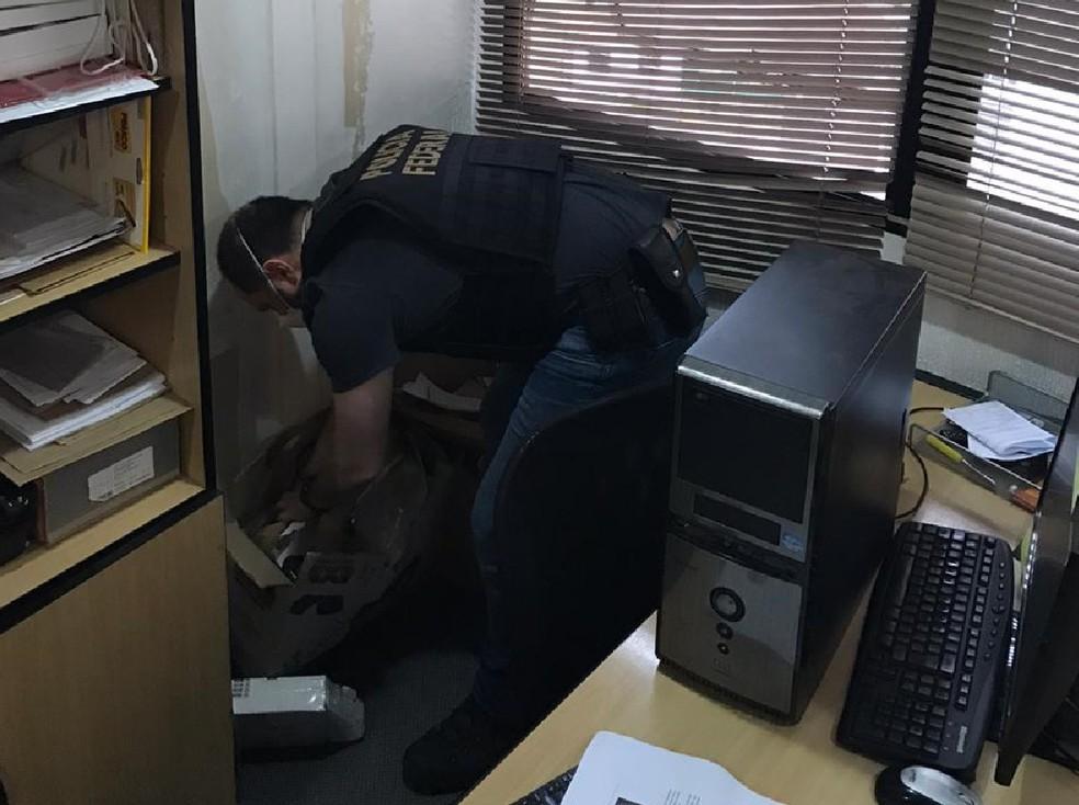 Policial federal cumpre mandado de busca e apreensão dentro da operação Amphis, desencadeada nesta sexta-feira (9) — Foto: PF/Divulgação
