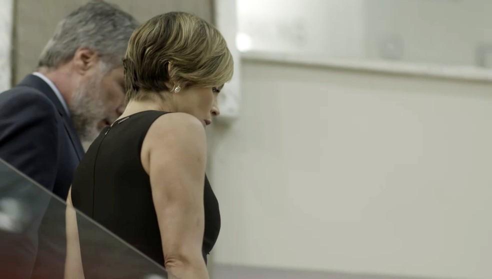 Helena (Flávia Alessandra) não vê Luna (Juliana Paiva) no Empório Delícia em 'Salve-se Quem Puder' — Foto: Globo