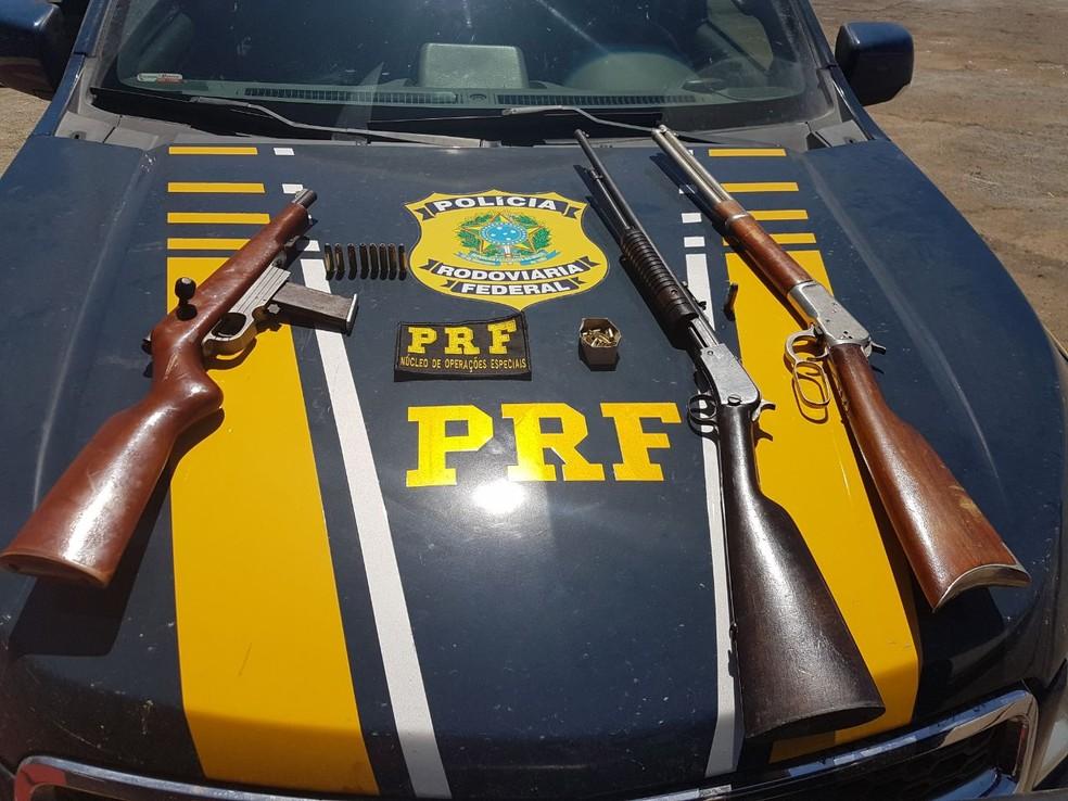 Rifles estavam em um quarto da casa (Foto: PRF/Divulgação)