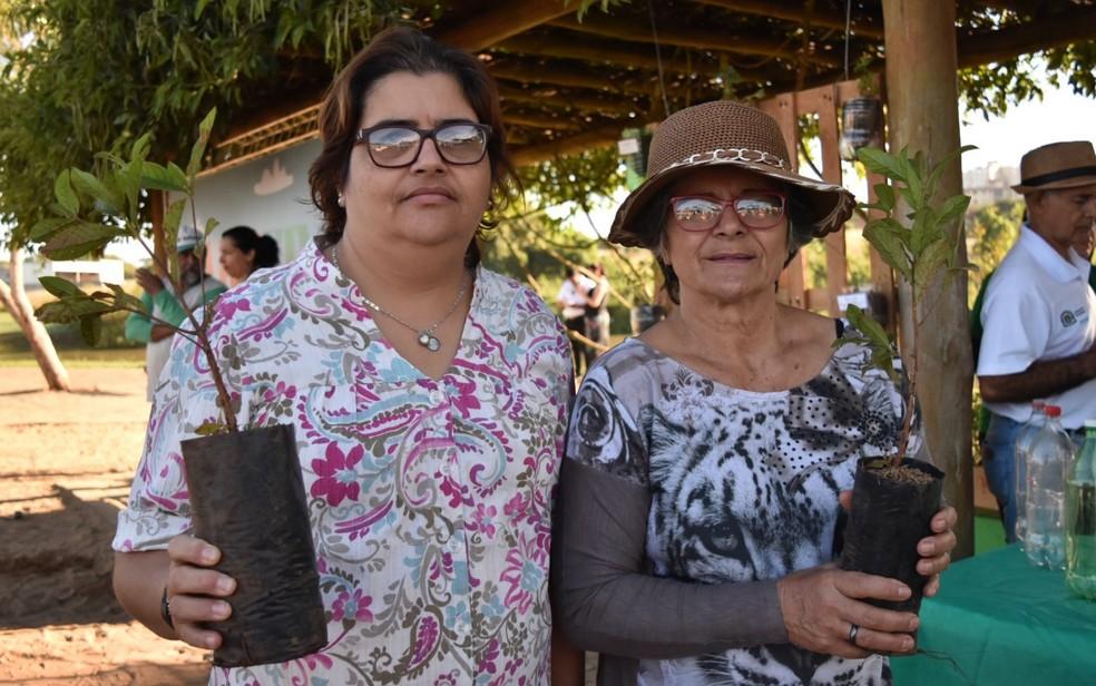 Lorena Batista e a mãe, Maria da Paz, buscam muda de ipê no projeto Viver Cidade, em Goiânia, Goiás — Foto: Vanessa Martins/ G1