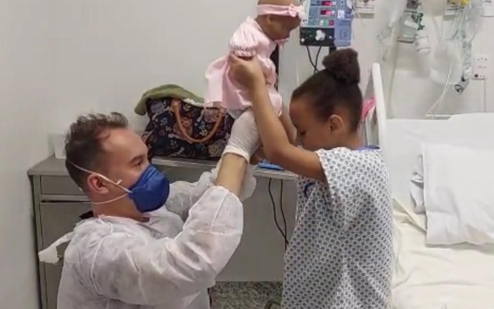Menina com diabetes ganha boneca com cateter nasal para incentivar tratamento, em Goiás — Foto: Reprodução/Hmap