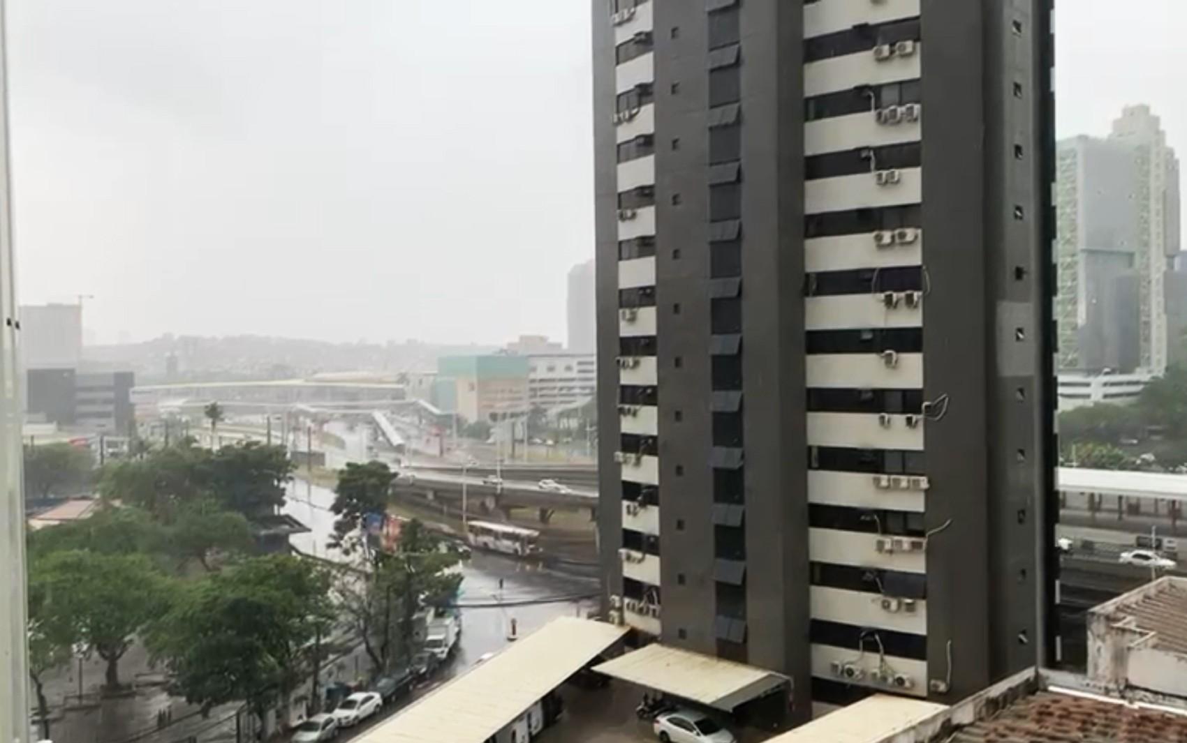 Temporal alaga ruas da cidade de Central, no Norte da Bahia; veja vídeos