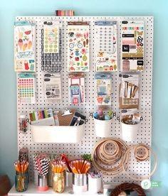 Parede de pegboard: solução prática para deixar tudo organizado e à mão (Foto: Anny Meisler)