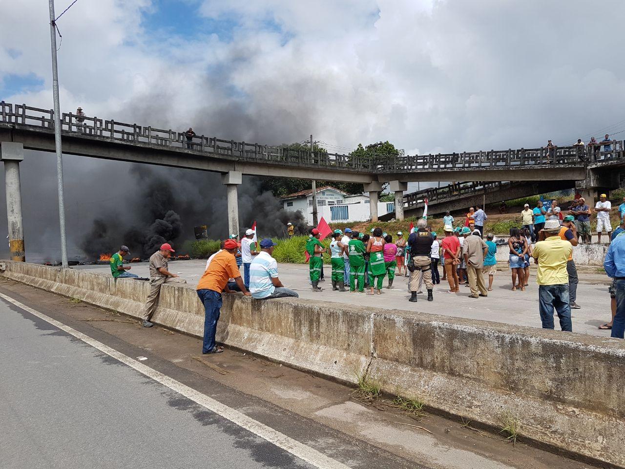 Manifestantes protestam contra governo federal e realizam bloqueios em rodovias de PE