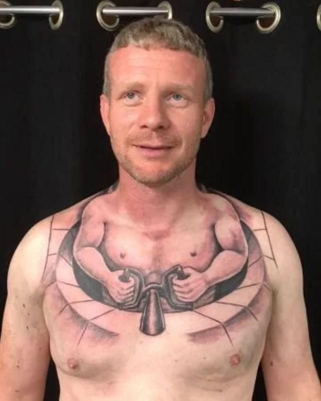 Caminhoneiro Kenny Ollerenshaw e sua tatuagem bizarra