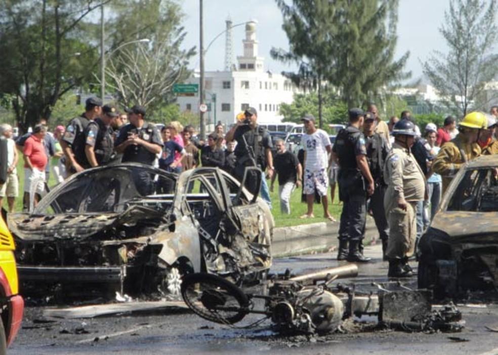 8/4/2010 - Destroços dos carros tomam Avenida das Américas — Foto: Mauro Santos Ilva Araujo/VC no G1