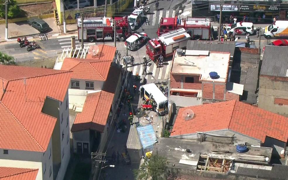 Acidente grave com van escolar em CarapicuAi??ba (Foto: TV Globo/ReproduAi??A?o)