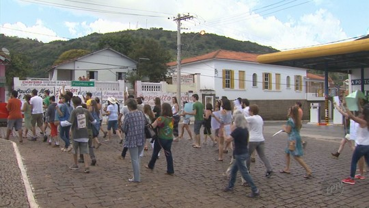 Moradores fazem protesto após prefeito sancionar lei que impacta exploração na Pedra Branca, em Caldas, MG