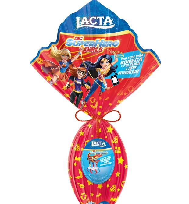 """Ovo de Páscoa Super Hero Girls (170g) I Ovo de chocolate ao leite. Acompanha uma miniatura de boneca (Mulher Maravilha, BatGirl ou SuperGirl) que pode ser encaixada no celular. Ao baixar o aplciativo """"Lacta - Academia de Vôo"""", você pode criar seu próprio  (Foto: Divulgação)"""