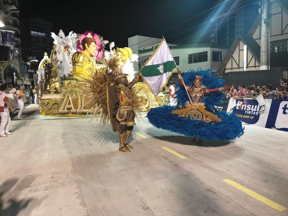 Escola de Samba Aliança desfila no carnaval de Joaçaba neste sábado (10) (Foto: Eduarda Demeneck/NSC TV)