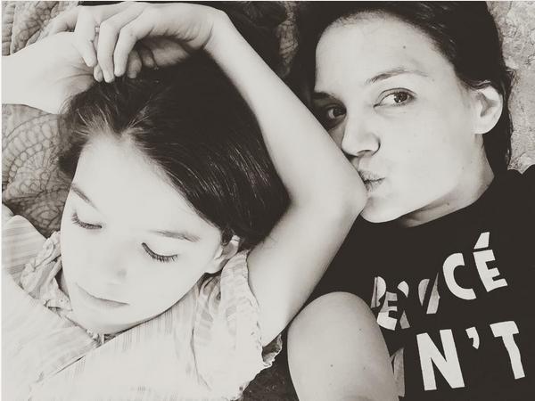 A atriz Katie Holmes com a filha, Suri (Foto: Instagram)