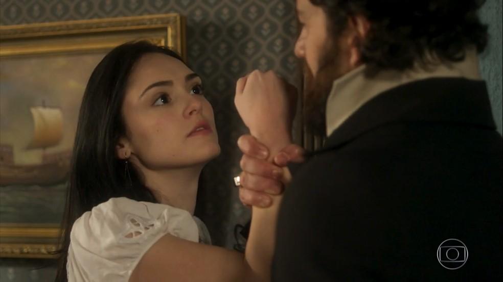 Thomas (Gabriel Braga Nunes) tortura Anna (Isabelle Drummond) em 'Novo Mundo' — Foto: TV Globo