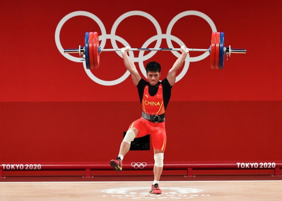 Chinês Li Fabin levanta peso com apenas uma perna apoiada no chão — Foto: Getty Images Sport
