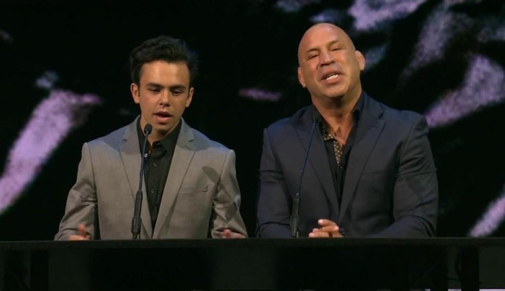 Wanderlei Silva (com o filho Thor) foi homenageado no Oscar do MMA 2019 com um prêmio por sua carreira — Foto: Reprodução / YouTube