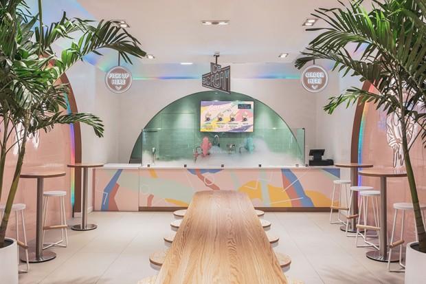 Sorveteria em Nova York tem décor de  luz neon inspirado nos anos 80 (Foto: Reprodução )