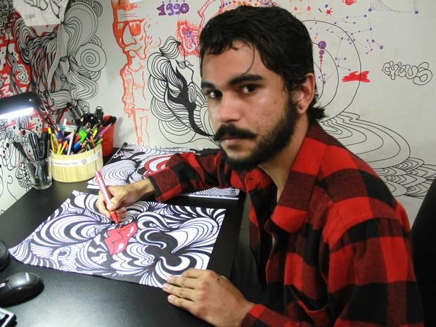 Chicus Felipe gerar renda com arte mesmo sem saber que participa da cadeia da Economia Criativa (Foto: Waldson Costa/G1)