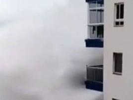 Onda gigante atinge prédio nas Ilhas Canárias; assista (Reprodução/Instagram/Carlos Burle)