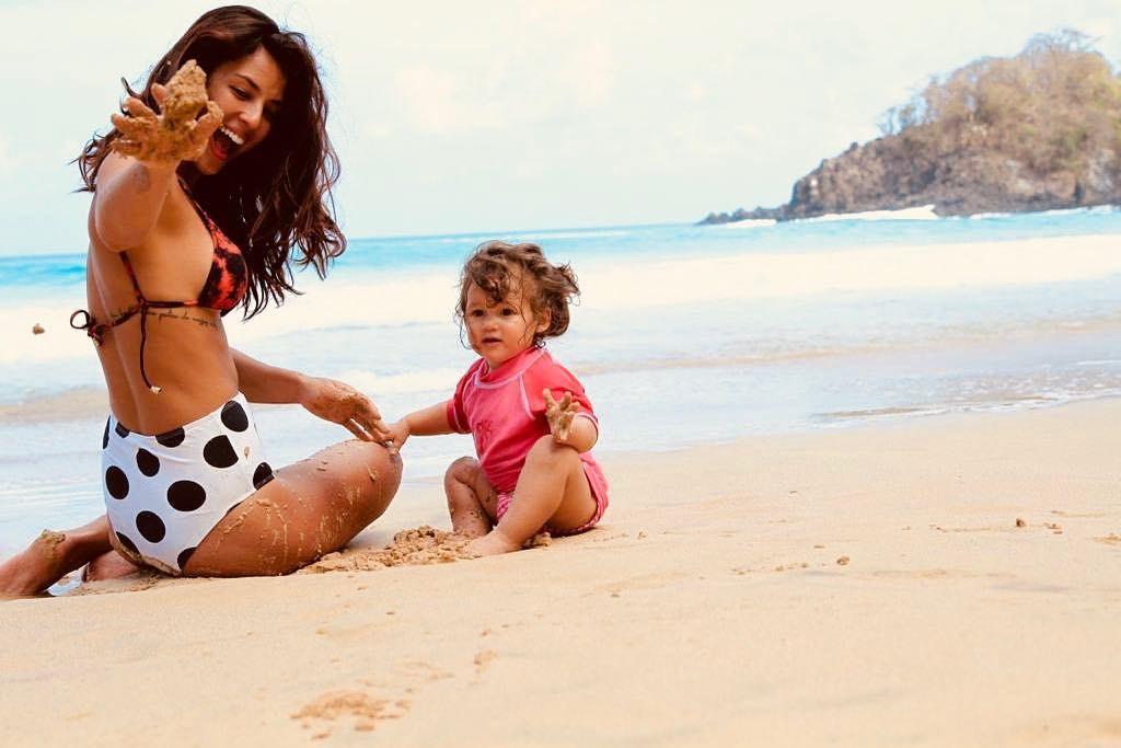 Yanna Lavigne posa na praia com sua filha Madalena  (Foto: Reprodução / Instagram)
