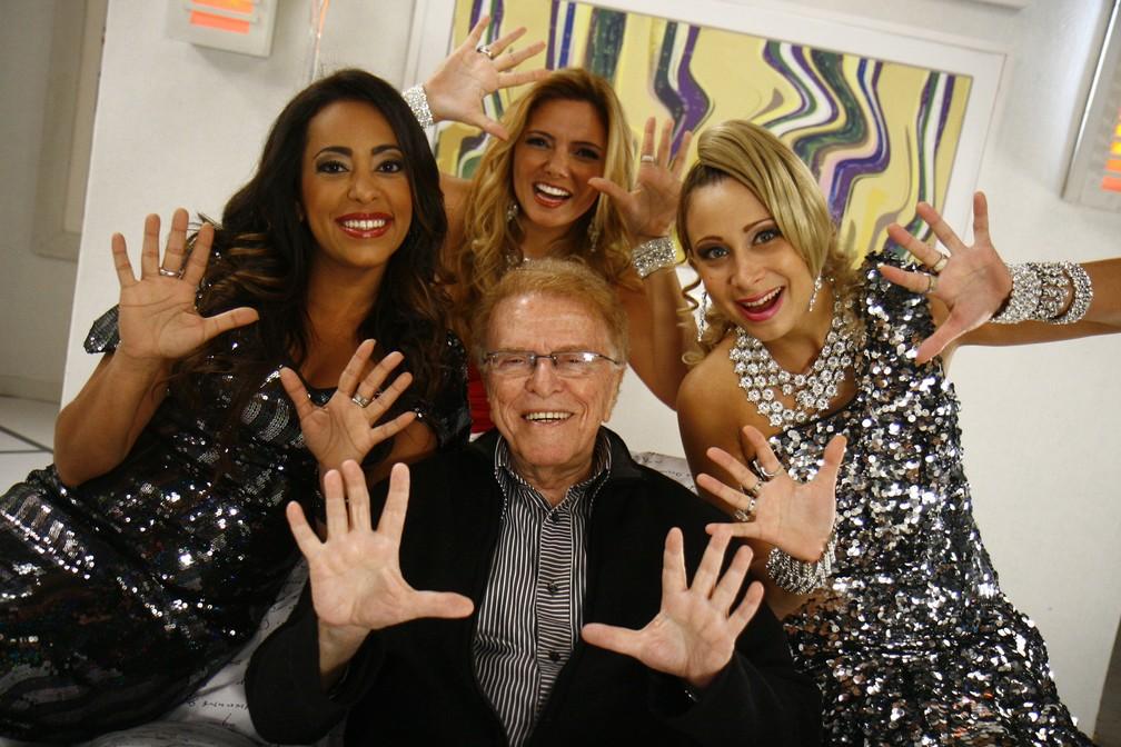 Maurício Sherman posa para foto com Samantha Schmütz, Miriam Martin e Katiúscia Canoro em dezembro de 2009 — Foto: Rafael França/TV Globo