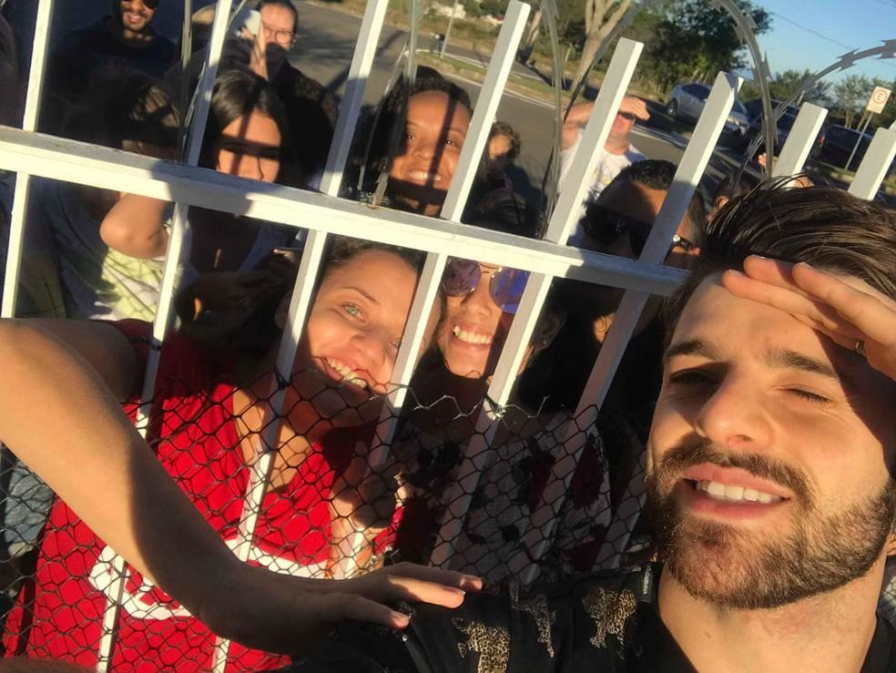 A universitária Sarah Carvalho tirou foto com DJ Alok antes de ele embarcar no avião no Aeroporto da Serrinha em Juiz de Fora (Foto: Sarah Carvalho/Arquivo Pessoal)