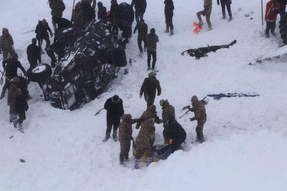 Serviços de emergência buscam vítimas de avalanche na cidade de Bahcesehir, na província de Van, no leste da Turquia, nesta quarta-feira (5)  — Foto: DHA via AP