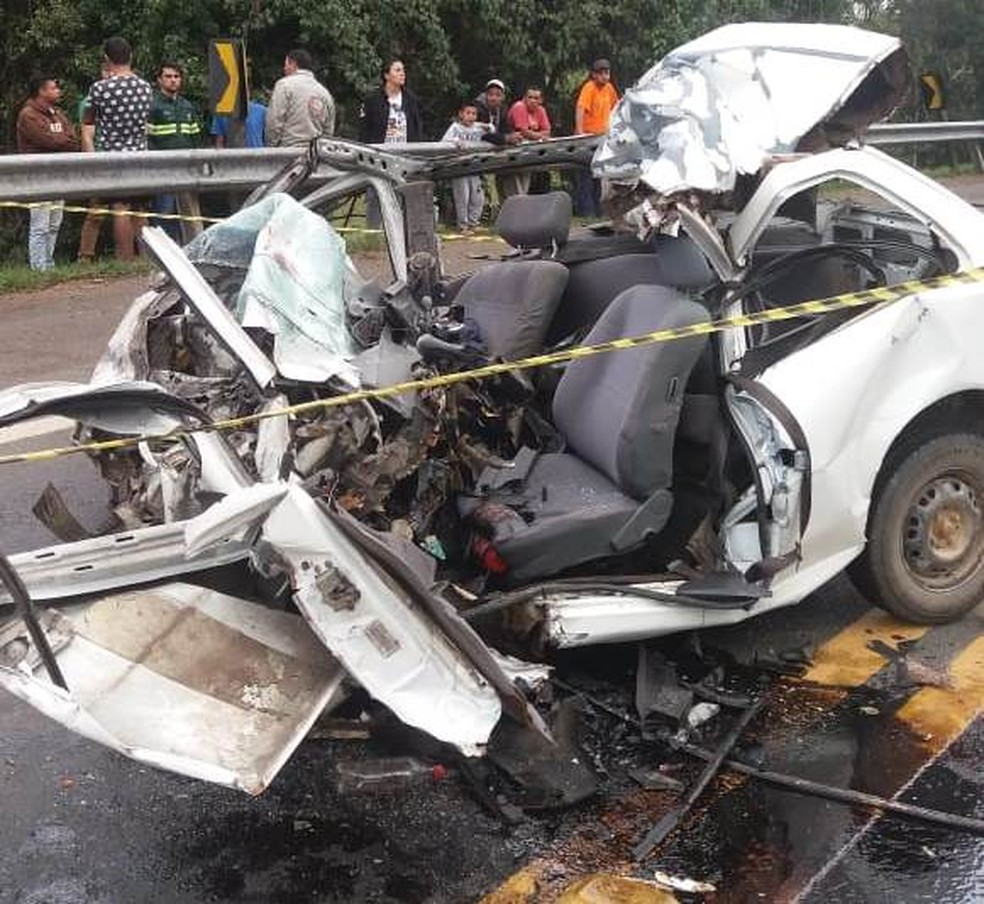 Marido estava em carro que bateu contra caminhão na BR-116 — Foto: PRF/Divulgação