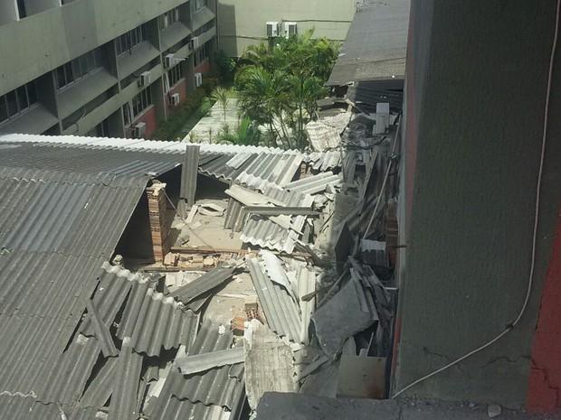 Estutura caiu sobre o teto do Hemoce (Foto: Reprodução Corpo de Bombeiros)