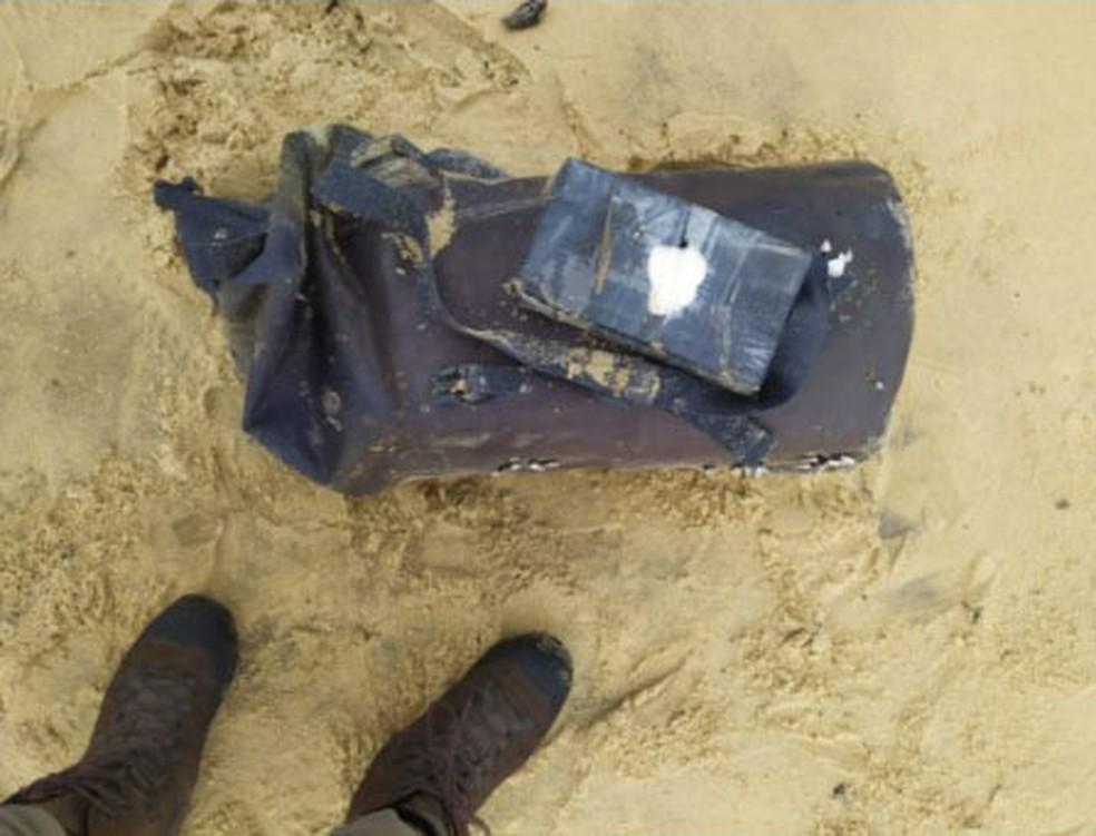 Mochila com 28 tabletes cocaína é apreendida em praia de Alcobaça, sul da Bahia — Foto: Divulgação/PM-BA