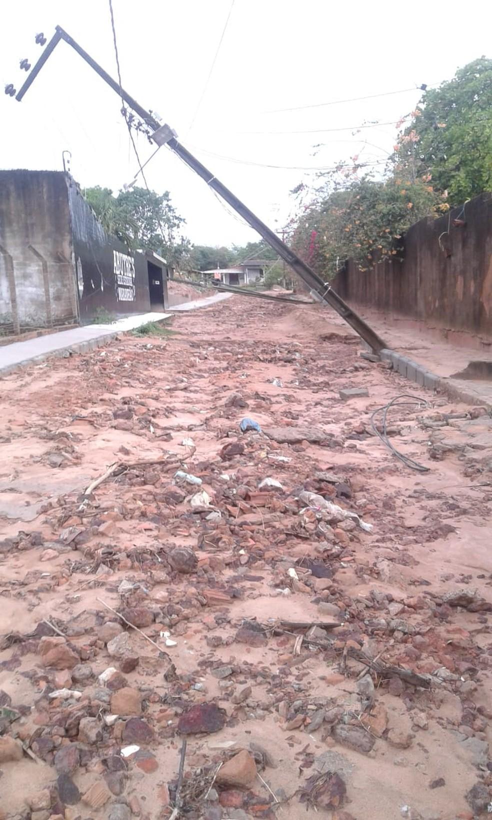 Postes caíram na rua Raimundo Ferreira, no bairro Maioba — Foto: Ana Marília