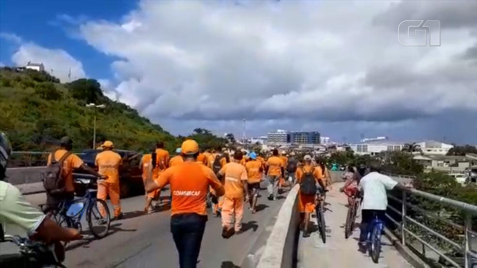 Manifestantes percorreram as ruas de Cabo Frio reivindicando salários atrasados — Foto: Arquivo pessoal