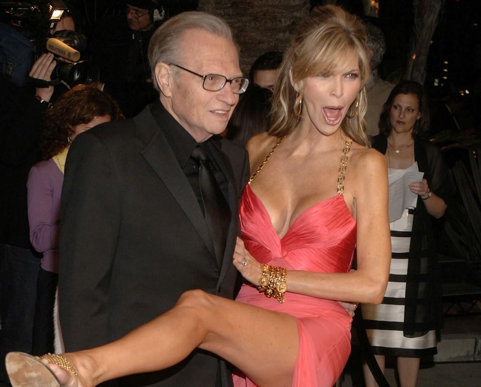 Larry King e sua então esposa Shawn King chegam à festa do Oscar da Vanity Fair em Mortons, na Califórnia, em 5 de março de 2006. — Foto: Reuters