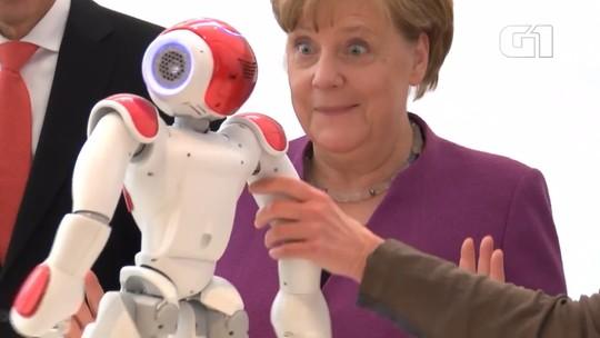 Merkel se surpreende ao conhecer 'robô companheiro'; veja vídeo