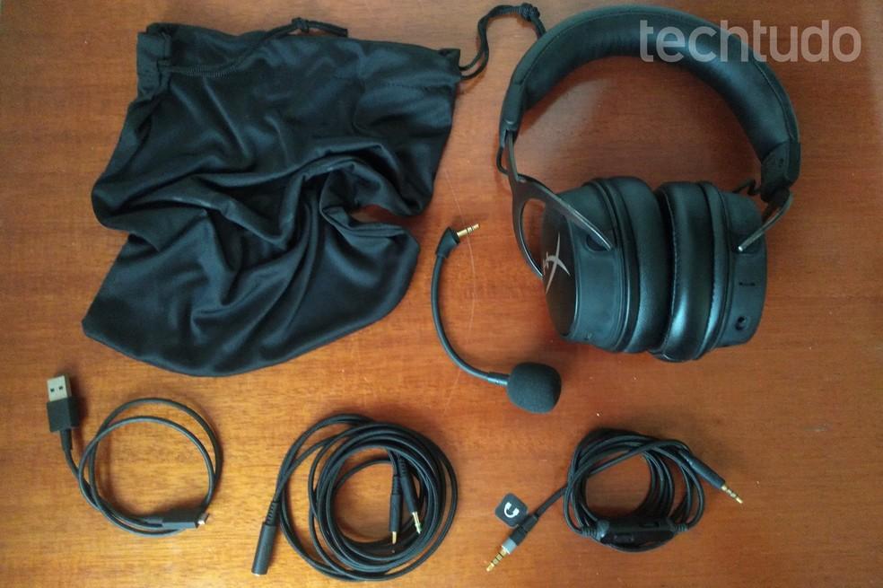 HyperX Cloud MIX vem com microfone removível, cabo USB, cabo P2, cabo de extensão e estojo de tecido — Foto: Nicolly Vimercate/TechTudo