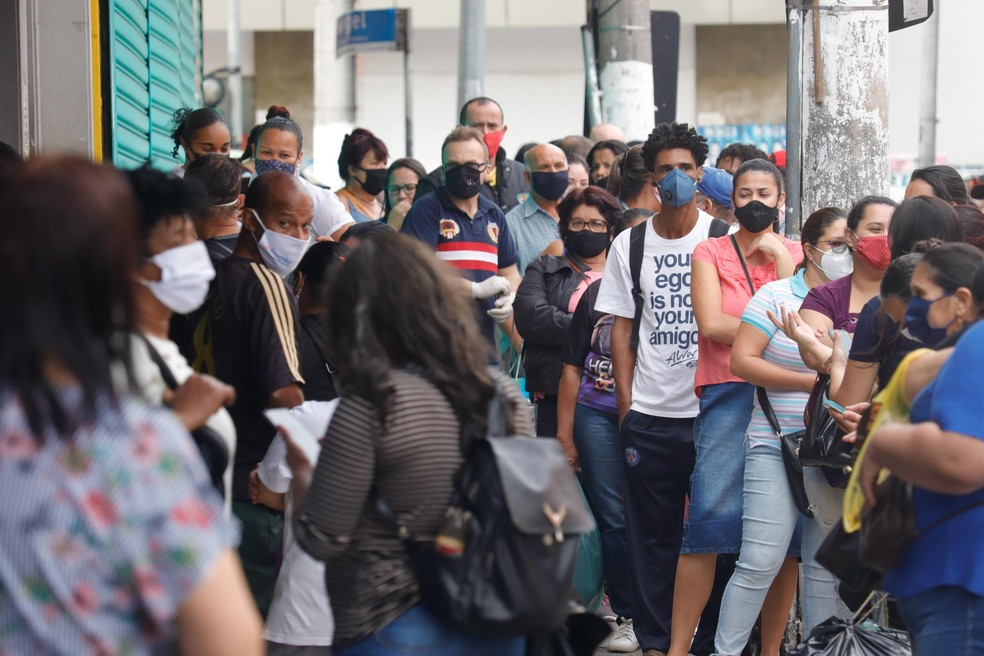 Movimentação na região do Brás, no centro de São Paulo (SP), nesta quarta-feira (10), no primeiro dia de reabertura do comércio de rua — Foto: Mineto/Futura Press/Estadão Conteúdo
