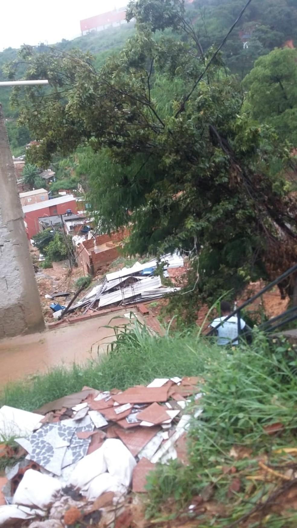 Imagem dos destroços da casa de Maria das Dores de Paula no Morro dos Cabritos, em Contagem — Foto: Acervo Pessoal/Maria das Dores de Paula
