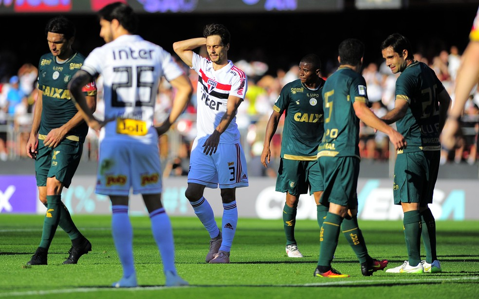 Rodrigo Caio voltou a jogar contra o América-MG, como lateral-direito — Foto: Marcos Ribolli