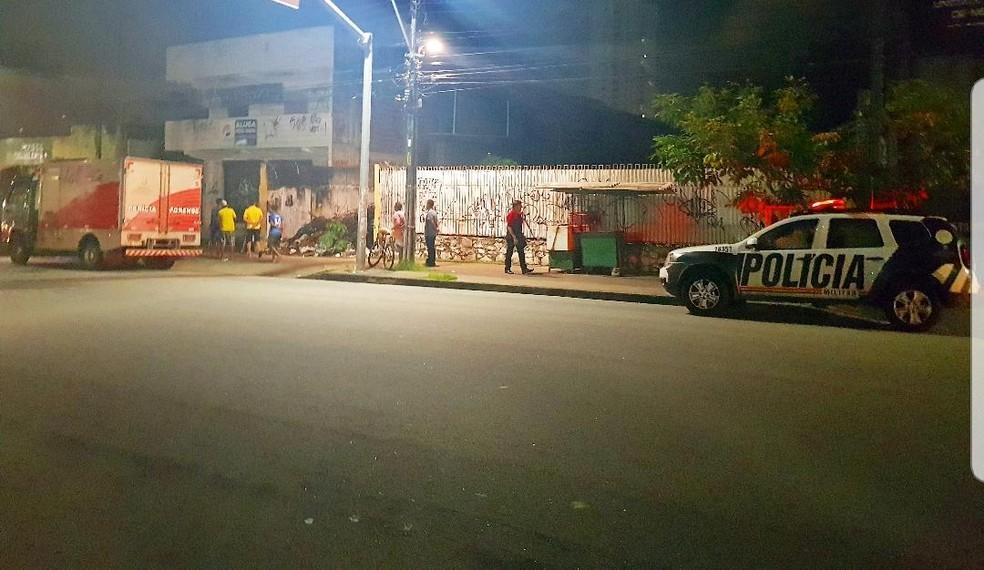 O corpo foi encontrado em um terreno na Avenida Bezerra de Menezes, em Fortaleza — Foto: Rafaela Duarte/SVM