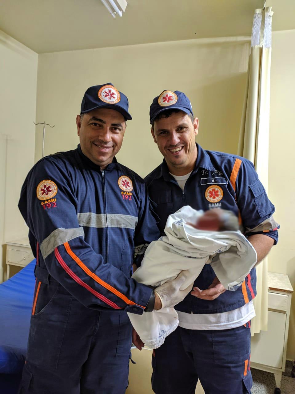 Mãe entra em trabalho de parto, e bebê nasce em ambulância a caminho do hospital, em Cianorte